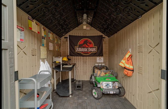Explore and discover artifacts at the Jurassic lab!